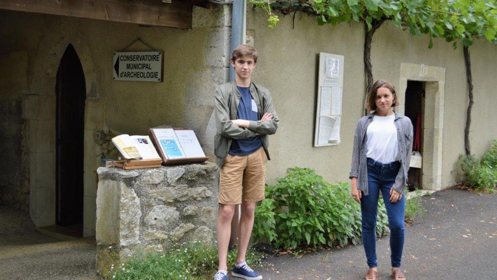 Sarah et Antoine, devant l'entrée du conservatoire